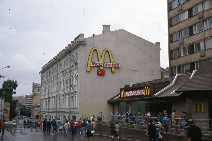 McDonald's in Pushkin Square, 1991 (photo by fdecomite)