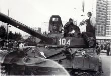 1280px-T-72_tank_in_Moscow,_August_1991